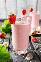 jordgubbsmoothie på ett träbord