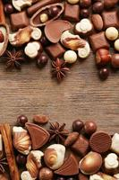 olika typer av choklad på träbord närbild foto