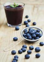 färska blåbär och smoothie foto