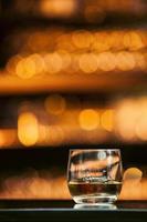 whisky på träbaren foto