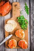 smörgåsar med rökt lax med gräddost, ruccola foto