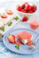 ostkaka med jordgubbssås foto