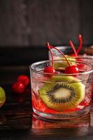 kall sommarcoctaildrink med körsbär och kiwi foto