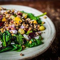 hälsosam sallad med spenat, quinoa och rostade grönsaker