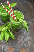 färsk grön spenat lämnar smoothie. hälsosam mat koncept foto