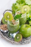 frisk grön smoothie med groddar och ingredienser, vertikal foto
