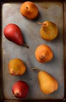 bosc och röda päron på bakplåten foto