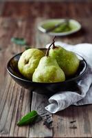 organiska päron i en keramisk skål foto
