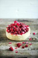 pajkaka med färska hallon, rosvatten och rosenblad foto