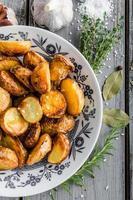 bakade potatis med örter och vitlök foto