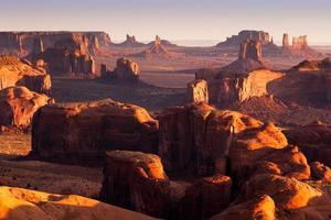 jägarna mesa med långa skuggor vid solnedgången foto