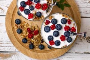 yoghurt och müsli med bär av blåbär och stenbramble foto