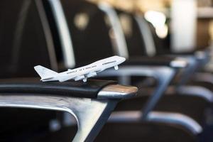 liten flygmodell i ett stort flygplan foto