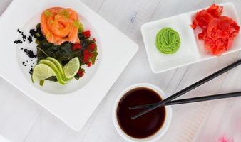 laxsashimi med kryddor sojasås och ätpinnar foto