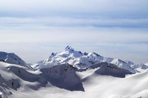 snöiga vinterberg. Kaukasusbergen foto