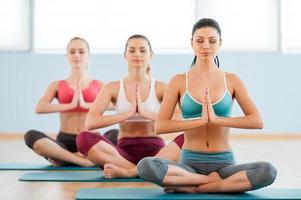 mediterar tillsammans. foto