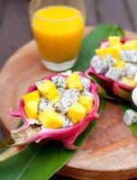tropisk fruktsallad i pitahaya, drakskålar med mangosaft.