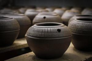 lerkrukor med snidade motiv i rad foto