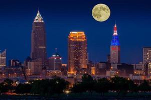 månen över cleveland foto