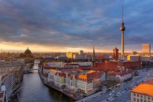 centrum av berlin vid solnedgången foto