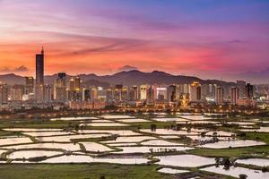 Kina, Shenzhen nattutsikt från Hong Kong foto