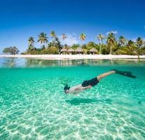 man simmar under vattnet