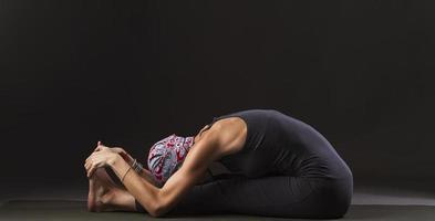 flicka som gör yoga och gymnastik foto