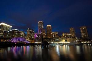 boston waterfront på natten foto
