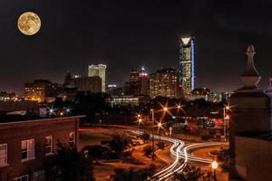 månen över staden foto