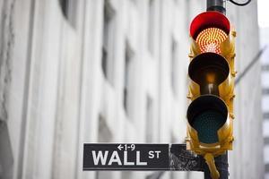 Wall Street och rött trafikljus foto