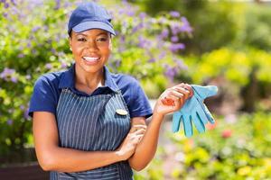 afrikansk amerikansk kvinnlig trädgårdsmästare foto