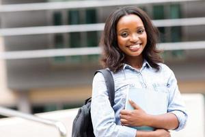 afrikansk kvinnlig högskolestudent på campus foto