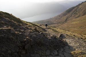 kvinnlig vandrare i sjöområdet foto