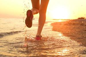 springer på stranden.