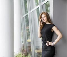 ung kvinna framför kontoret foto