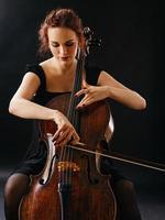 vacker kvinna som spelar cello foto