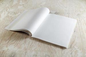 blank öppnad broschyr foto