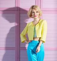 fashionabla blond vacker kvinna foto