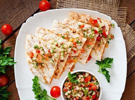 mexikansk quesadillafolie med kyckling, majs och salsa foto