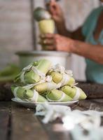 kvinna som gör tamales på Kuba foto