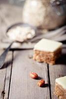 jordnötssmör och vita chokladkvadrater foto