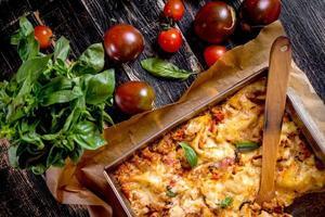 närbild av en traditionell italiensk lasagne foto