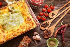 färdig lasagne och dess ingradent foto