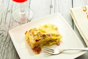 lasagne med skinka och pistascher foto