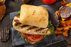 hälsosam grillad kycklingsmörgås