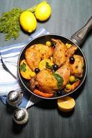 hemlagad stekt kycklingtrumpinnar med grönsaker på pannan foto