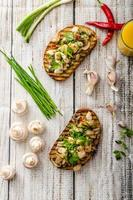 rostat bröd med svamp och stekt kyckling foto