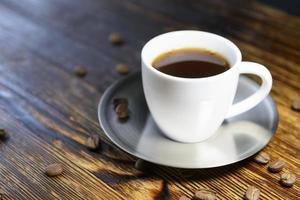 kopp kaffe på köksbordet