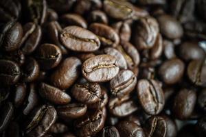 närbild av rostade kaffebönor foto