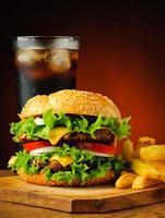traditionell hamburgare, pommes frites och coladrink
